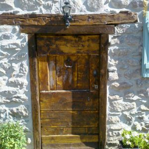 Menuiseries en Ariège porte ancienne restaurée