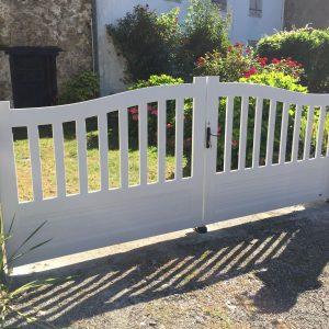 Menuiseries en Ariège portail d'entrée PVC personnalisé