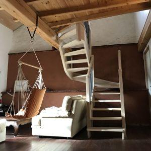 escalier tournant en bois massif