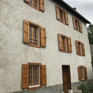 Menuiseries en Ariège Portes fenêtres et volets en châtaignier