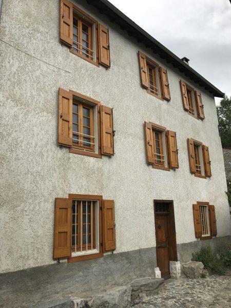 menuiseries extérieures en Ariège portes fenêtres et volets en châtaignier