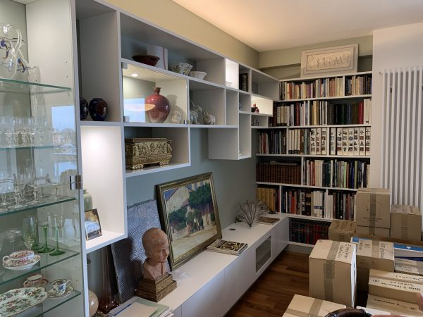 meuble et agencement d'un salon avec étagères sur mesures